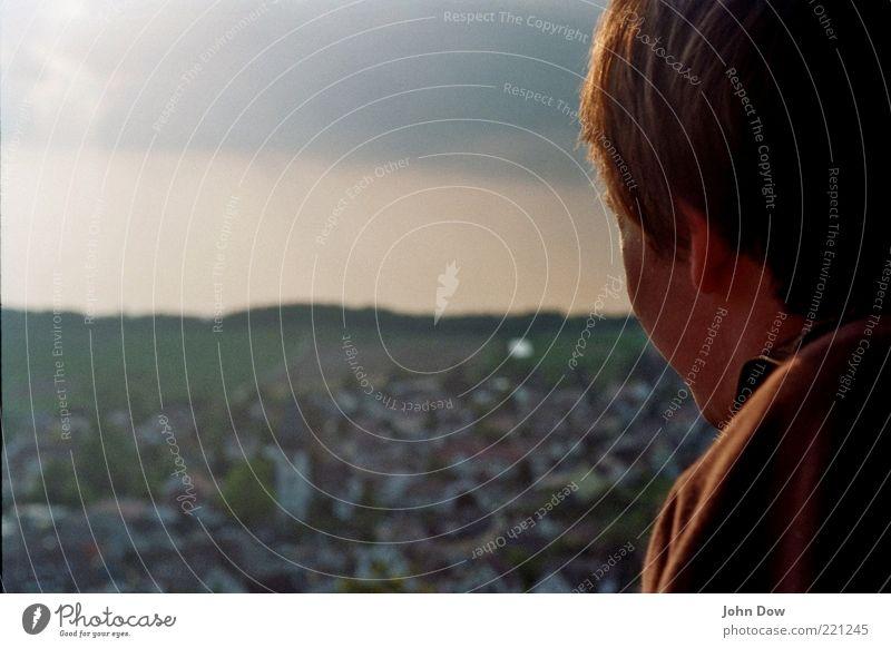 retrospektiv Stadt Ferne Landschaft Freiheit Haare & Frisuren Horizont warten Ausflug nachdenklich Neugier Sehnsucht Gelassenheit Schönes Wetter Vergangenheit Aussicht Zukunftsangst