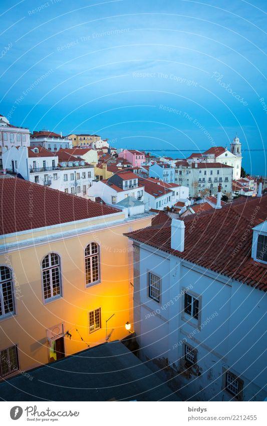 Abends in Lissabon Tourismus Städtereise Wolkenloser Himmel Horizont Schönes Wetter Hauptstadt Menschenleer Haus Kirche leuchten ästhetisch Freundlichkeit