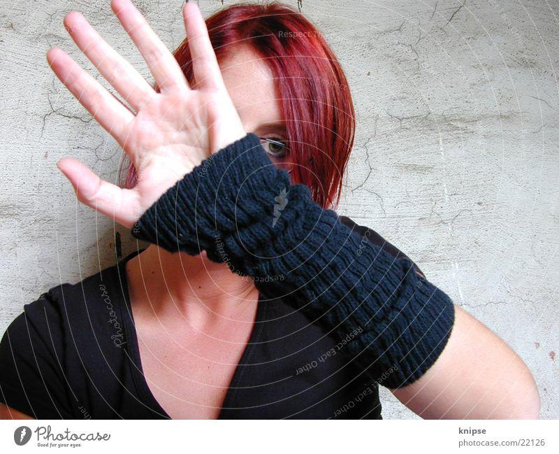 schüchtern Frau Stulpe Schüchternheit Wand Pulswärmer verstecken
