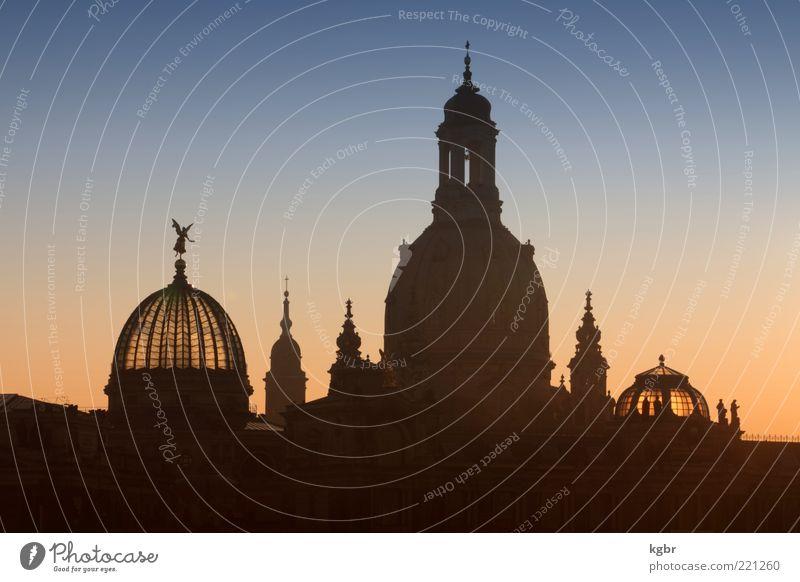 Dresden Himmel Stadt Gebäude Architektur Kirche Dresden Bauwerk Sightseeing Sehenswürdigkeit Kuppeldach Wolkenloser Himmel Frauenkirche