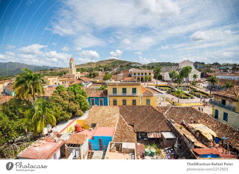 Trinidad Dorf Stadt bevölkert Platz alt ästhetisch Kuba Tourismus Dach Haus mehrfarbig blau gelb Kirche Palme Backstein Attraktion Aussicht Gebäude lebhaft