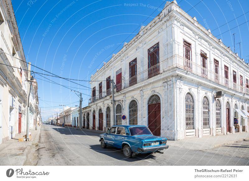 Cienfuegos (KUBA) Dorf Kleinstadt blau grau weiß Kuba Haus Bauwerk alt Fassade Tür Balkon PKW fahren Oldtimer Altstadt ästhetisch schön Reisefotografie