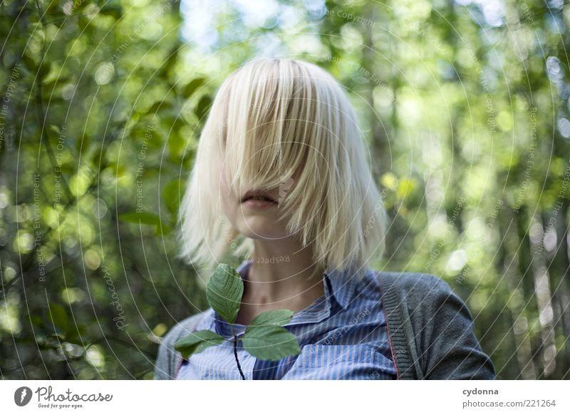 Blind Mensch Natur Jugendliche schön Sommer Blatt ruhig Wald Erholung Leben Umwelt Stil Haare & Frisuren träumen Erwachsene Mund