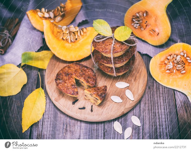 gekochte Cupcakes von Kürbis Gemüse Brot Dessert Süßwaren Frühstück Tisch Herbst Blatt Holz Essen frisch heiß Tradition Mahlzeit Scheibe Snack gebastelt