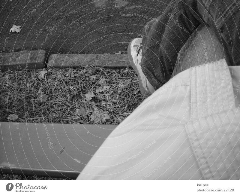 Nachdenken im Herbst Frau Mensch Blatt sitzen Bank Tannennadel
