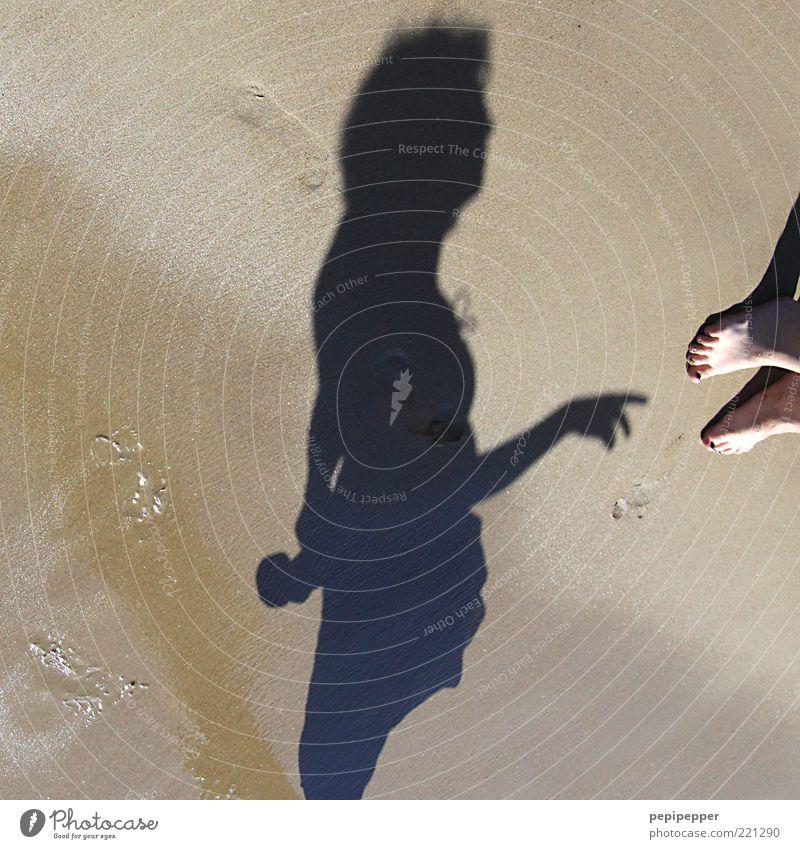 bläck fööss Frau Mensch Ferien & Urlaub & Reisen Meer Sommer Strand Erwachsene feminin Sand nass Insel Tourismus stehen feucht Fußspur Sommerurlaub