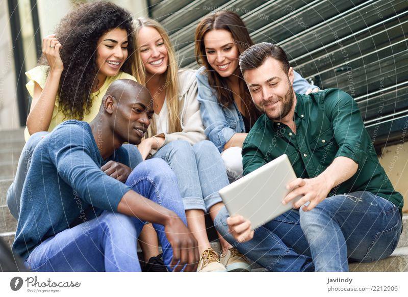 Mehrrassige Gruppe, die sich einen Tablet-Computer im Freien ansieht. Lifestyle Freude Glück schön Mensch maskulin feminin Frau Erwachsene Mann Freundschaft 5