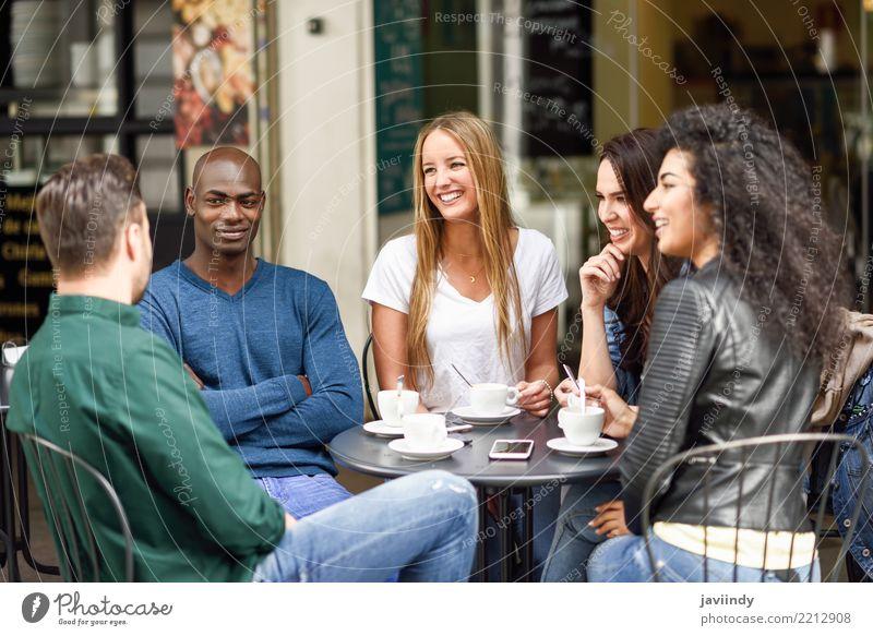 Mehrrassige Gruppe von fünf Freunden, die zusammen einen Kaffee trinken. Lifestyle kaufen Freude Glück schön Sommer Tisch Sitzung Mensch maskulin feminin Frau