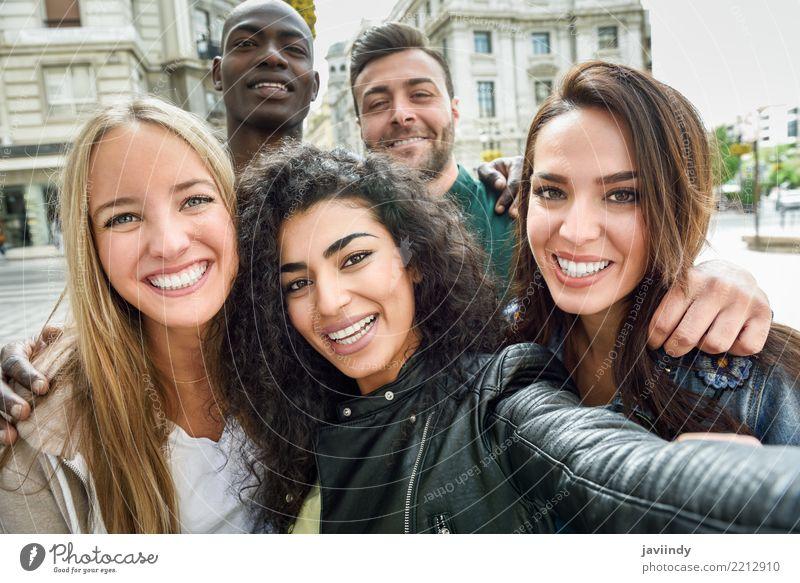 Multirassische Gruppe von Freunden, die Selfie in einer städtischen Straße nehmen. Lifestyle Freude Glück schön Freizeit & Hobby Ferien & Urlaub & Reisen PDA