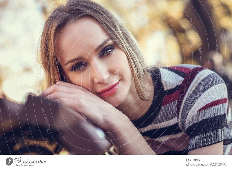 Schönes Mädchen mit blauen Augen im städtischen Hintergrund Lifestyle Stil schön Haare & Frisuren Mensch Frau Erwachsene Gesicht 1 18-30 Jahre Jugendliche