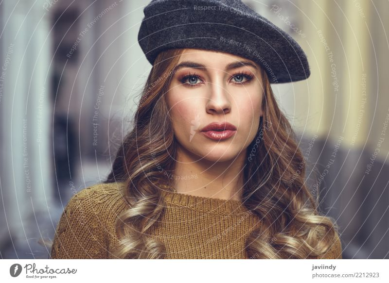 Schönes tragendes Barett des jungen Mädchens, das in der Straße steht. Frau Mensch schön weiß Winter Gesicht Erwachsene Lifestyle Herbst Stil Haare & Frisuren