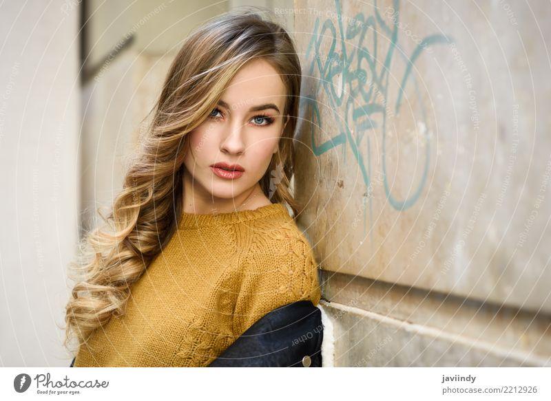 Blonde Frau im städtischen Hintergrund Lifestyle Stil schön Haare & Frisuren Gesicht Winter Mensch Erwachsene Herbst Straße Mode Rock Pullover Jacke Leder blond