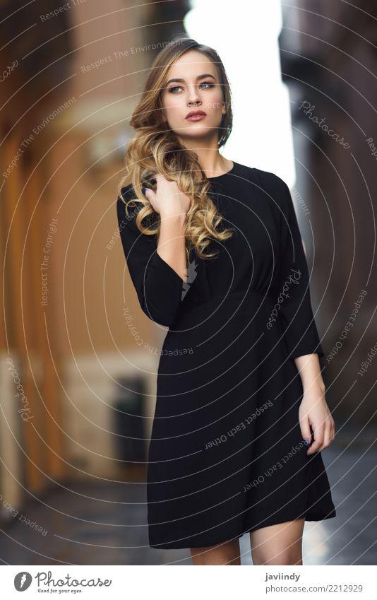 Blonde Frau im städtischen Hintergrund, der schwarzes Kleid trägt Lifestyle Stil schön Haare & Frisuren Gesicht Mensch feminin Erwachsene 1 18-30 Jahre