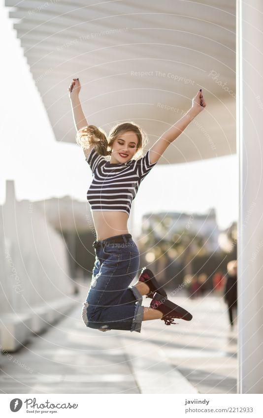 Frau Mensch Jugendliche schön weiß Freude 18-30 Jahre Erwachsene Straße Lifestyle feminin Glück Freiheit Haare & Frisuren Mode springen