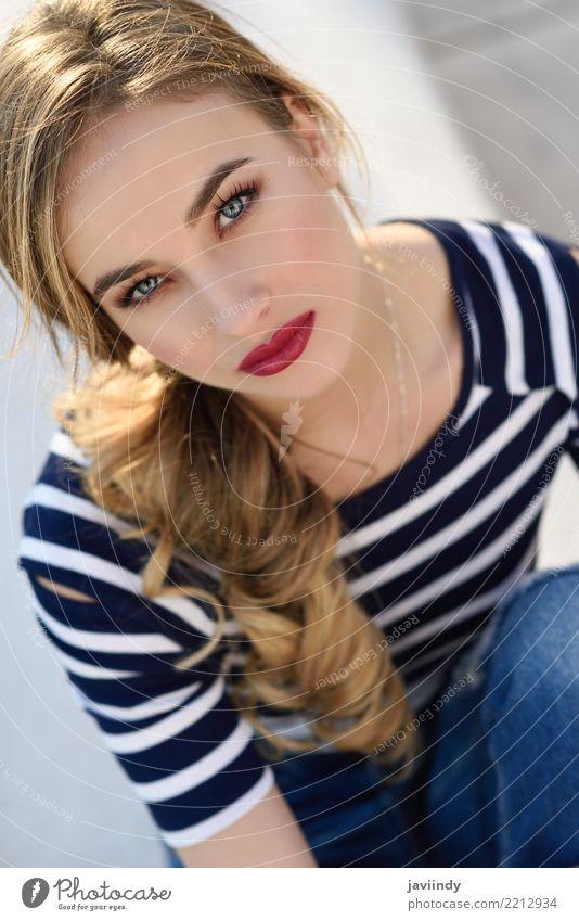 Close-up-Porträt von blonden Frau, Modell der Mode, besitzen in städtischen Hintergrund. Lifestyle Glück schön Haare & Frisuren Sommer Mensch feminin Erwachsene