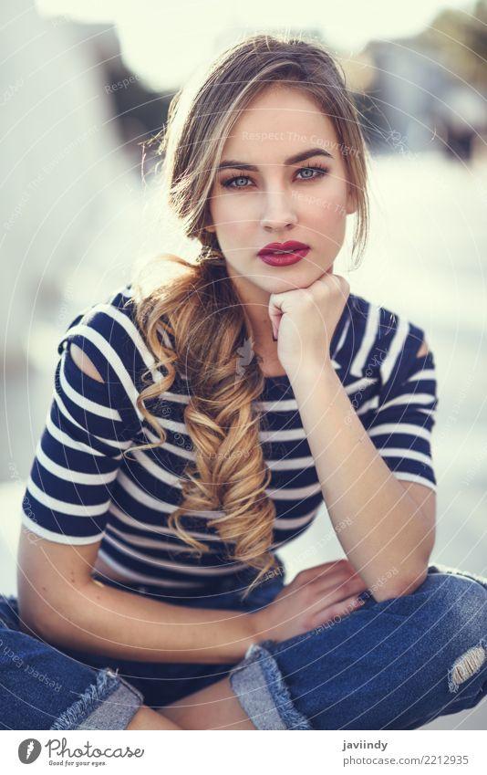 Blonde Frau, Modell der Mode, sitzt auf einer Bank im städtischen Hintergrund. Lifestyle Glück schön Haare & Frisuren Sommer Mensch Erwachsene Straße Hemd