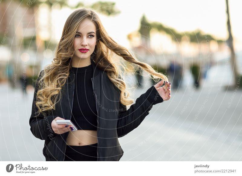 Blondine, die mit ihrem Smartphone simsen Lifestyle Stil schön Haare & Frisuren Telefon PDA Mensch feminin Frau Erwachsene 1 18-30 Jahre Jugendliche Herbst