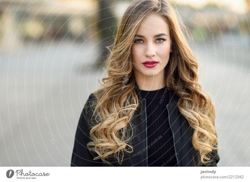 Junges blondes Mädchen mit schönen blauen Augen im städtischen Hintergrund Lifestyle Stil Haare & Frisuren Mensch feminin Frau Erwachsene 1 18-30 Jahre