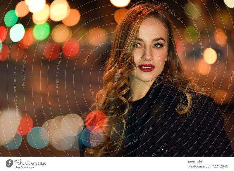 Blondes girlt mit defocused Stadt beleuchtet am Hintergrund. Frau Mensch blau schön weiß schwarz Gesicht Erwachsene Straße Herbst Stil Haare & Frisuren Mode