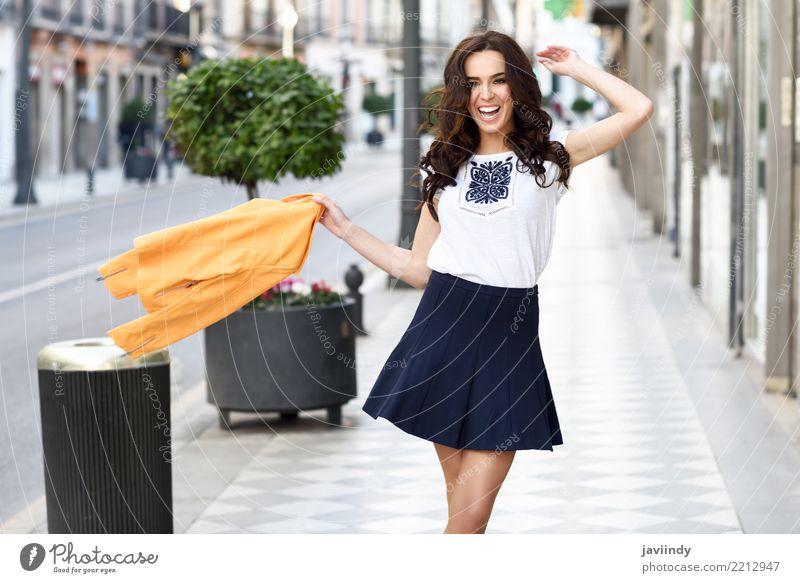 Lustige junge Brunettefrau im städtischen Hintergrund. Frau Mensch Jugendliche schön weiß Freude 18-30 Jahre Gesicht Erwachsene Straße gelb Lifestyle Herbst