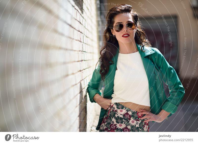 Frau mit Fliegersonnenbrillen nahe bei einer Backsteinmauer Mensch Sommer schön grün weiß Gesicht Erwachsene Straße Lifestyle Herbst Stil Haare & Frisuren Mode