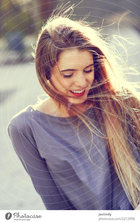 Blondes Mädchen, das zufällige Kleidung im städtischen Hintergrund trägt Frau Mensch Jugendliche Sommer schön weiß Erotik Freude 18-30 Jahre Gesicht Erwachsene