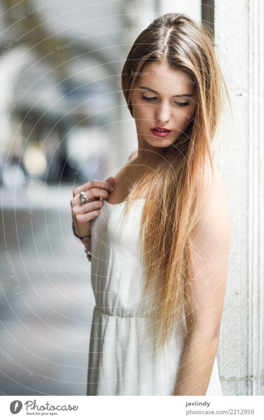 Junges blondes Mädchen, das zufällige Kleidung im städtischen Hintergrund trägt Frau Mensch Jugendliche Sommer schön weiß Erotik Gesicht Erwachsene Straße Leben