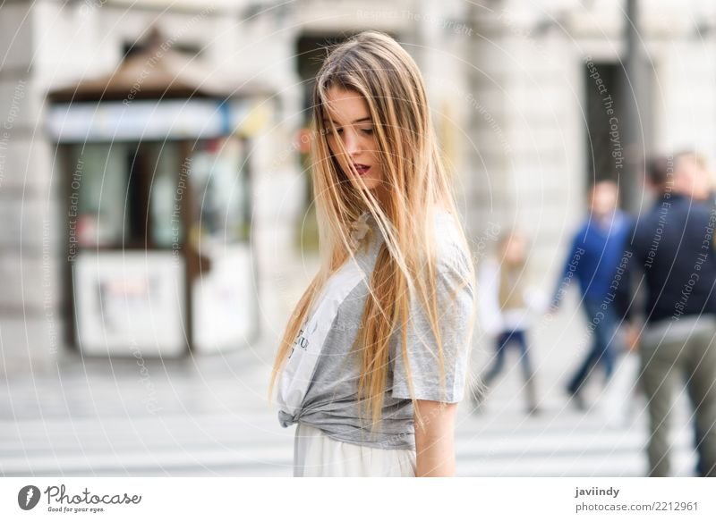 Blondes Mädchen, das zufällige Kleidung im städtischen Hintergrund trägt Frau Mensch Jugendliche Sommer schön weiß Gesicht Erwachsene Straße Leben Lifestyle