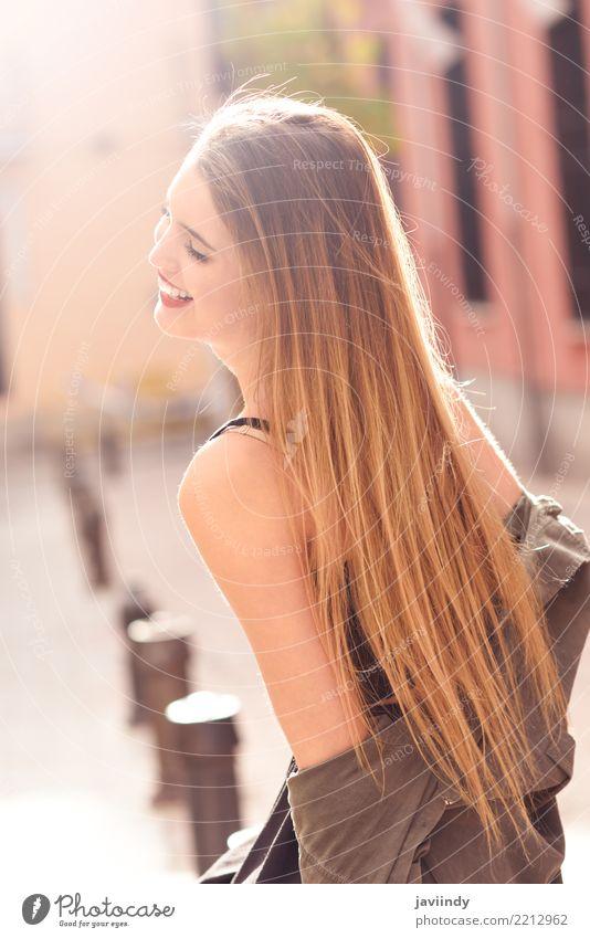 Blondes Mädchen, das zufällige Kleidung im städtischen Hintergrund trägt Lifestyle Glück schön Haare & Frisuren Gesicht Leben Sommer Mensch feminin Frau