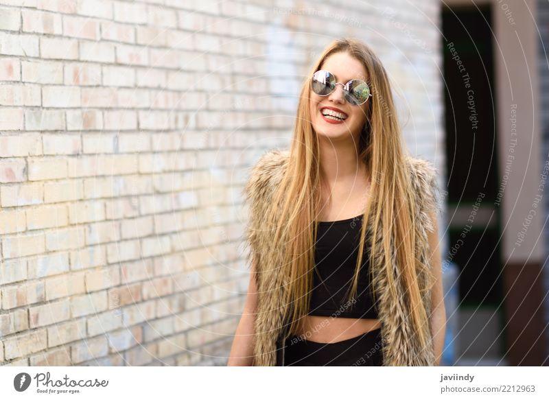 Blondes Mädchen, das runde Sonnenbrille tragend lächelt Frau Mensch Jugendliche Sommer schön weiß Erotik Freude 18-30 Jahre Gesicht Erwachsene Straße Leben