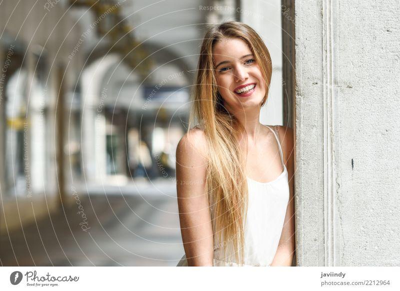 Blondes Mädchen im tragenden weißen Kleid des städtischen Hintergrundes Frau Mensch Jugendliche Sommer schön Erotik Freude 18-30 Jahre Gesicht Erwachsene Straße