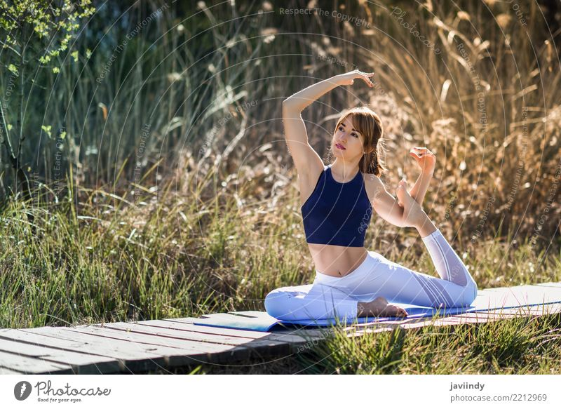 Junge Frau, die Yoga auf hölzerner Straße in der Natur tut Mensch Jugendliche schön weiß Erholung 18-30 Jahre Erwachsene Lifestyle natürlich feminin Sport