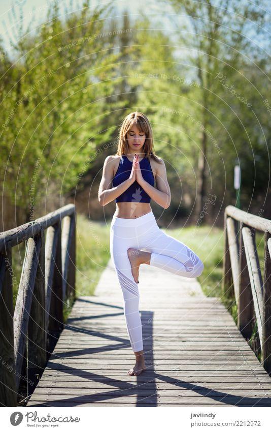 Junge Frau, die Yoga auf Holzbrücke in der Natur tut. Mensch Jugendliche Sommer schön weiß Baum Erholung 18-30 Jahre Erwachsene Lifestyle natürlich feminin
