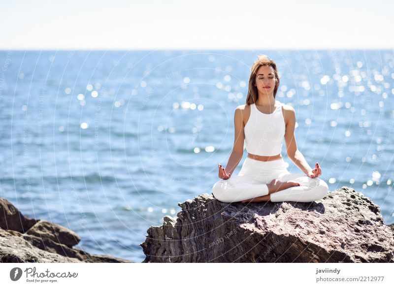 Junge Frau, die Yoga im Strand tut. Lifestyle schön Wellness Erholung Meditation Sommer Meer Sport Mensch Erwachsene Natur Fitness sitzen Fröhlichkeit natürlich