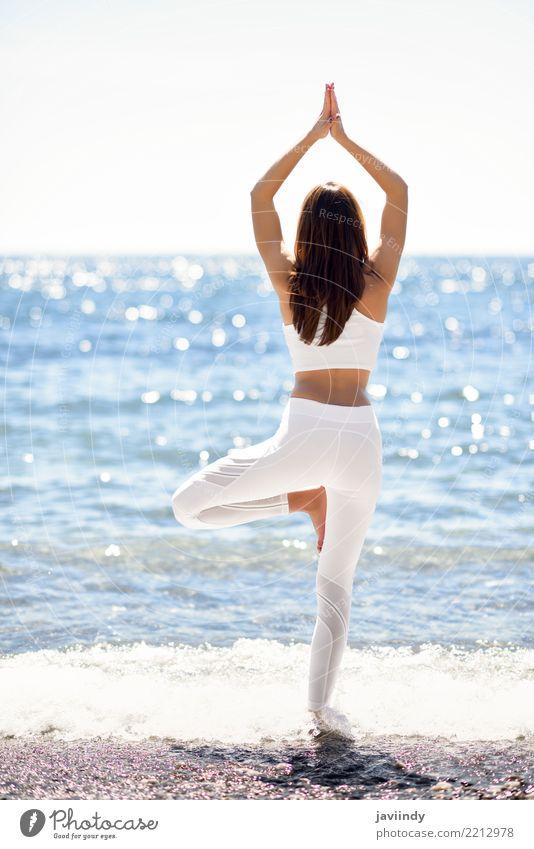 Junge Frau, die Yoga im Strand tut Mensch Natur Jugendliche Sommer schön weiß Baum Meer Erholung 18-30 Jahre Erwachsene Lifestyle natürlich feminin