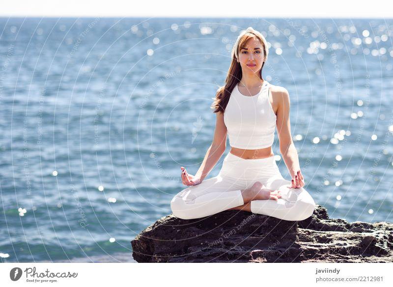 Junge Frau, die Yoga im Strand tut Mensch Natur Jugendliche Sommer schön weiß Meer Erholung 18-30 Jahre Erwachsene Lifestyle natürlich feminin Sport