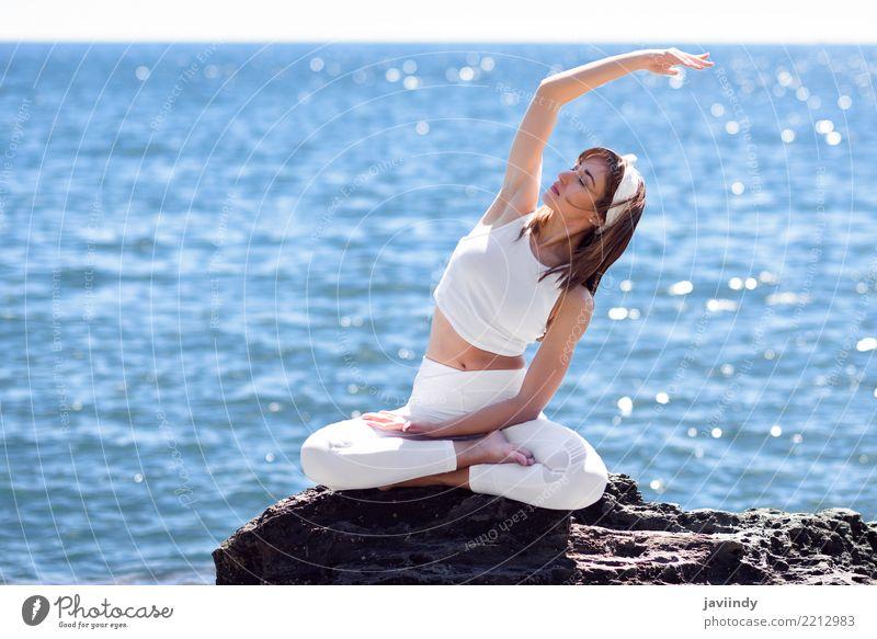 Junge Frau, die Yoga im Strand tut. Mensch Natur Sommer schön weiß Meer Erholung Erwachsene Lifestyle natürlich Sport sitzen Fröhlichkeit Energie