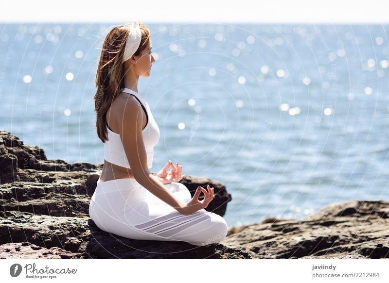 Junge Frau, die Yoga im Strand tut. Mensch Natur Jugendliche Sommer schön weiß Meer Erholung 18-30 Jahre Erwachsene Lifestyle natürlich Sport sitzen