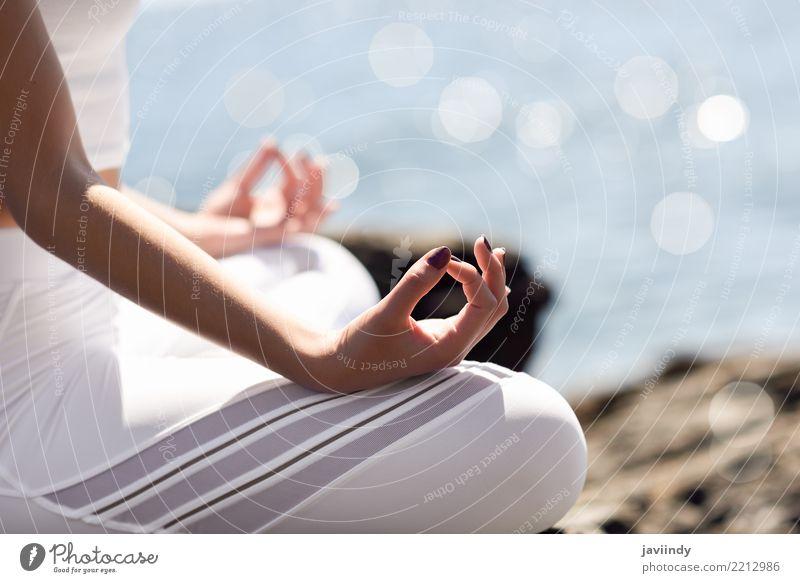 Junge Frau, die Yoga im Strand tut. Mensch Natur Sommer schön weiß Hand Meer Erholung Erwachsene Lifestyle natürlich Sport sitzen Fröhlichkeit