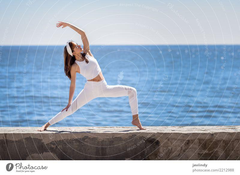 Junge Frau, die Yoga im Strand tut. Mensch Natur Jugendliche Sommer schön weiß Meer Erholung 18-30 Jahre Erwachsene Lifestyle natürlich feminin Sport