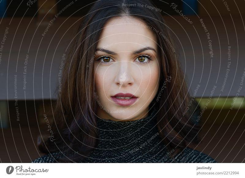 Schöne junge Frau, die Kamera mit intensivem Blick betrachtet Lifestyle Stil schön Haare & Frisuren Mensch Erwachsene Straße Mode trendy modern weiß urban