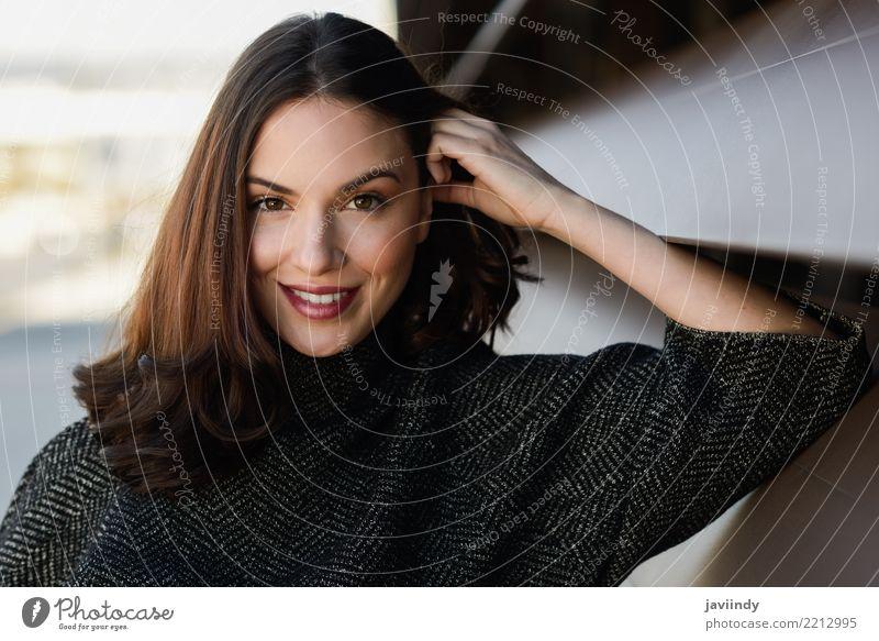 Junge Frau, die die zufällige Kleidung lächelt im städtischen Hintergrund trägt Lifestyle Stil Glück schön Haare & Frisuren Mensch Erwachsene Straße Mode