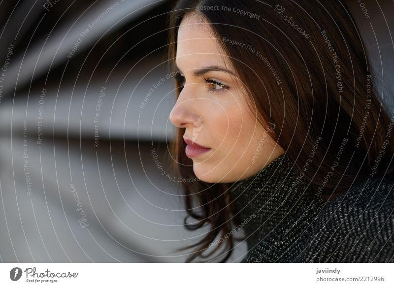 Schöne junge Frau im städtischen Hintergrund Lifestyle Stil Glück schön Haare & Frisuren Mensch Erwachsene Straße Mode trendy modern weiß urban Großstadt Model