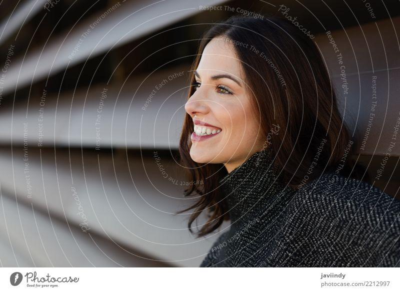 Junge Frau, die die zufällige Kleidung lächelt im städtischen Hintergrund trägt Mensch schön weiß Erwachsene Straße Lifestyle Stil Glück Haare & Frisuren Mode