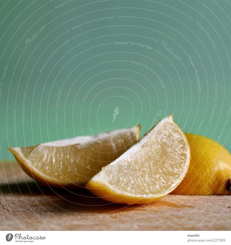 radioactive gelb Ernährung Lebensmittel Frucht frisch liegen Teile u. Stücke Holzbrett Bioprodukte saftig Zitrone geschnitten Geschmackssinn sauer Fruchtfleisch Zitrusfrüchte