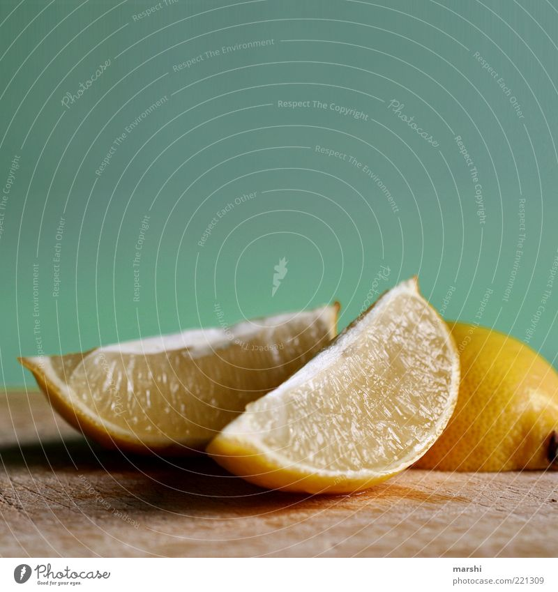 radioactive Lebensmittel Frucht Ernährung Bioprodukte sauer gelb Zitrone zitronengelb Zitronenscheibe Holzbrett saftig Zitrusfrüchte Geschmackssinn