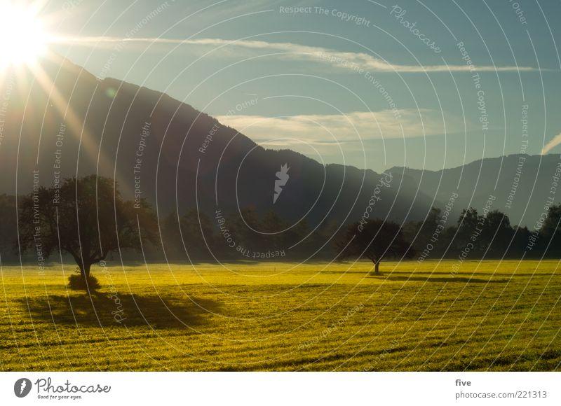 morgensonne Natur Himmel Baum Sonne Pflanze Wolken Ferne Wald Erholung Wiese Herbst Berge u. Gebirge Wärme Landschaft Stimmung Feld