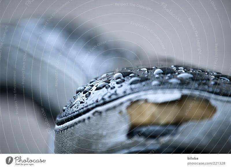 Regenwetter alt Wasser schwarz grau Wassertropfen nass kaputt Tropfen Loch feucht gerissen gebraucht Fahrradsattel Sattel Dinge Gerät