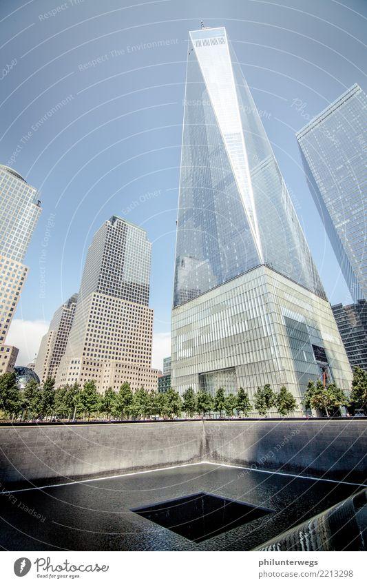Das Loch von New York New York City Manhattan USA Amerika Stadt Hauptstadt Stadtzentrum Skyline Menschenleer Haus Hochhaus Bankgebäude Park Platz Bauwerk
