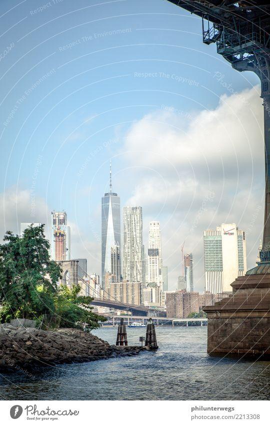 """New York durchs """"Schlüsselloch"""" Wasser Sonne Wellen Küste Flussufer New York City USA Stadt Hafenstadt Stadtzentrum Skyline Menschenleer Haus Hochhaus"""